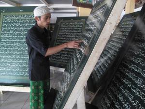 https://sultanasnulb.files.wordpress.com/2012/01/94779_al-quran-terberat-di-dunia_300_225.jpg?w=300